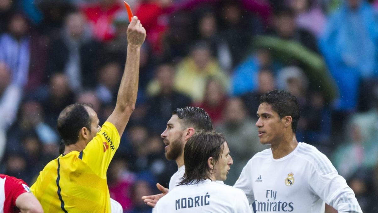 Álvarez Izquierdo expulsó por primera vez en su carrera a Varane. (Getty Images)