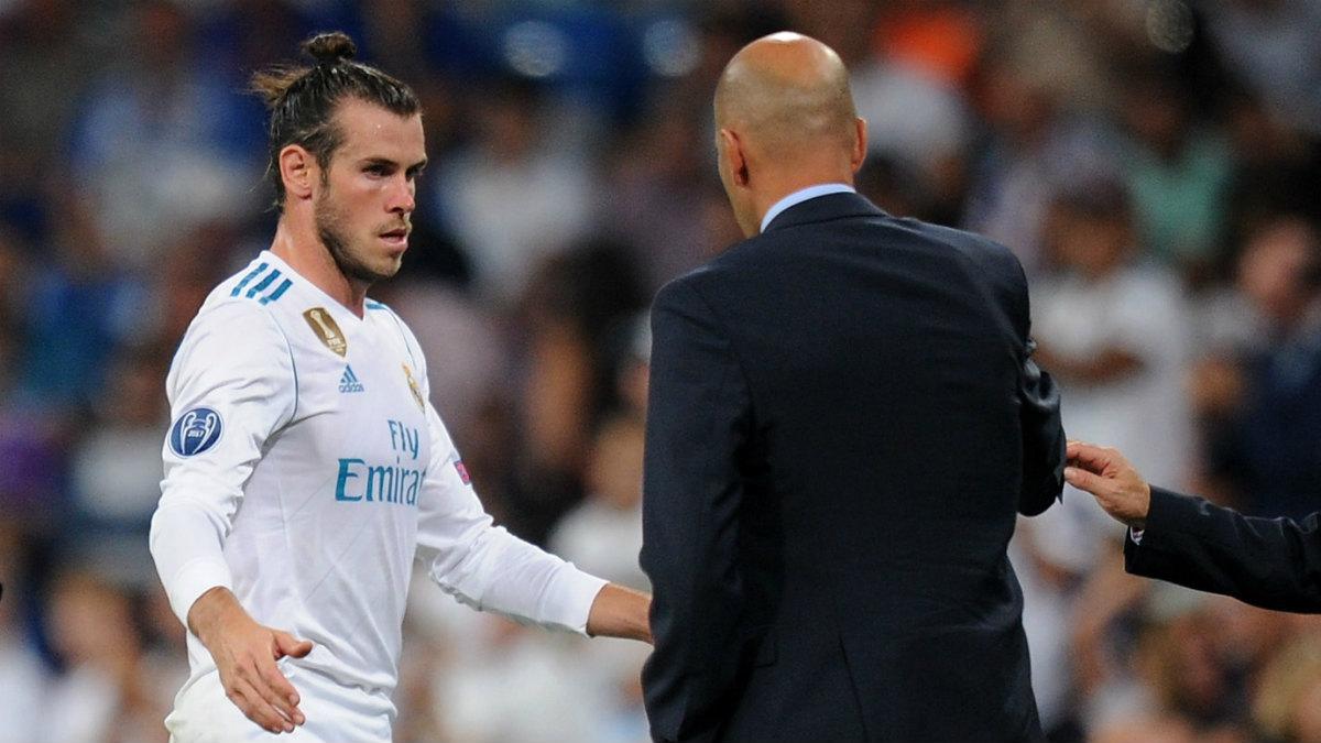 Gareth Bale saluda a Zidane tras ser sustituido ante el Apoel. (Getty)