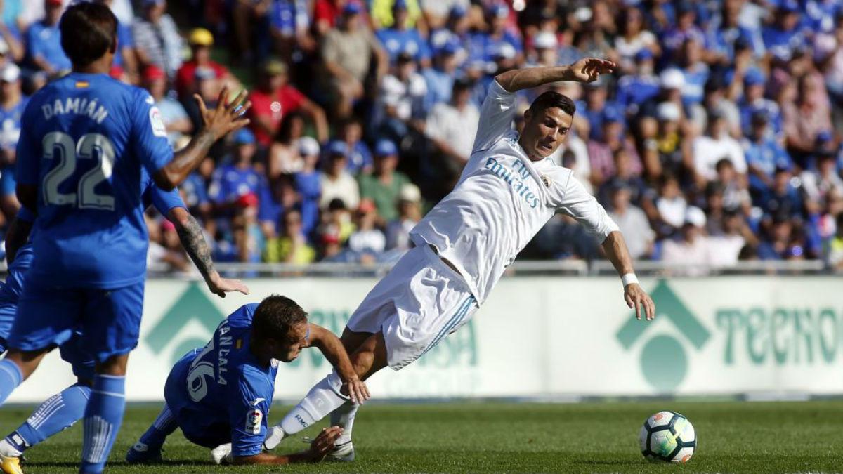 Cristiano recibe una falta de Cala en el Getafe-Real Madrid (Getty).