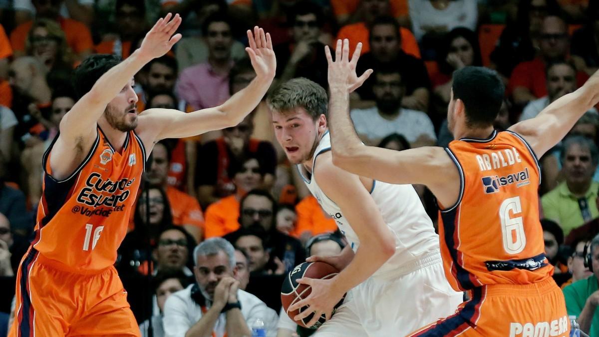 Doncic, encerrado por dos jugadores de Valencia Basket. (EFE)