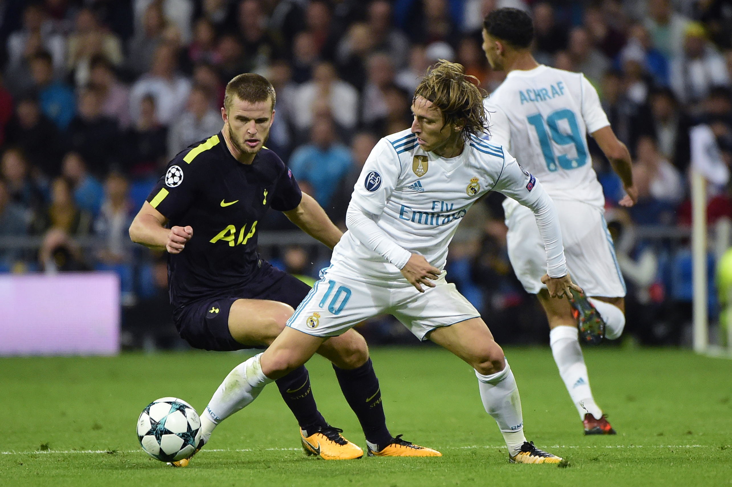 Modric y Dier pelean por un balón. (AFP)
