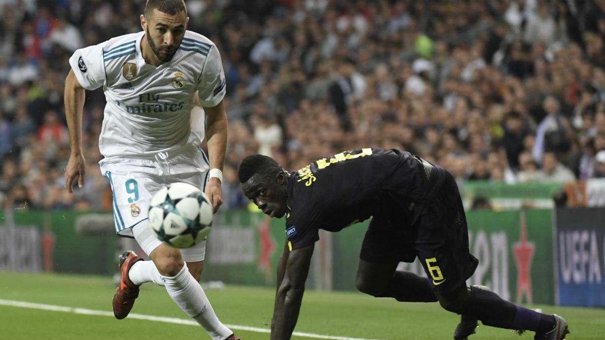 Benzema disputa un balón con Aurier. (AFP)