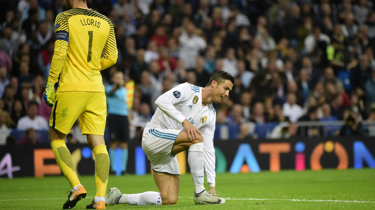 Cristiano, en el suelo ante Hugo Lloris. (AFP)