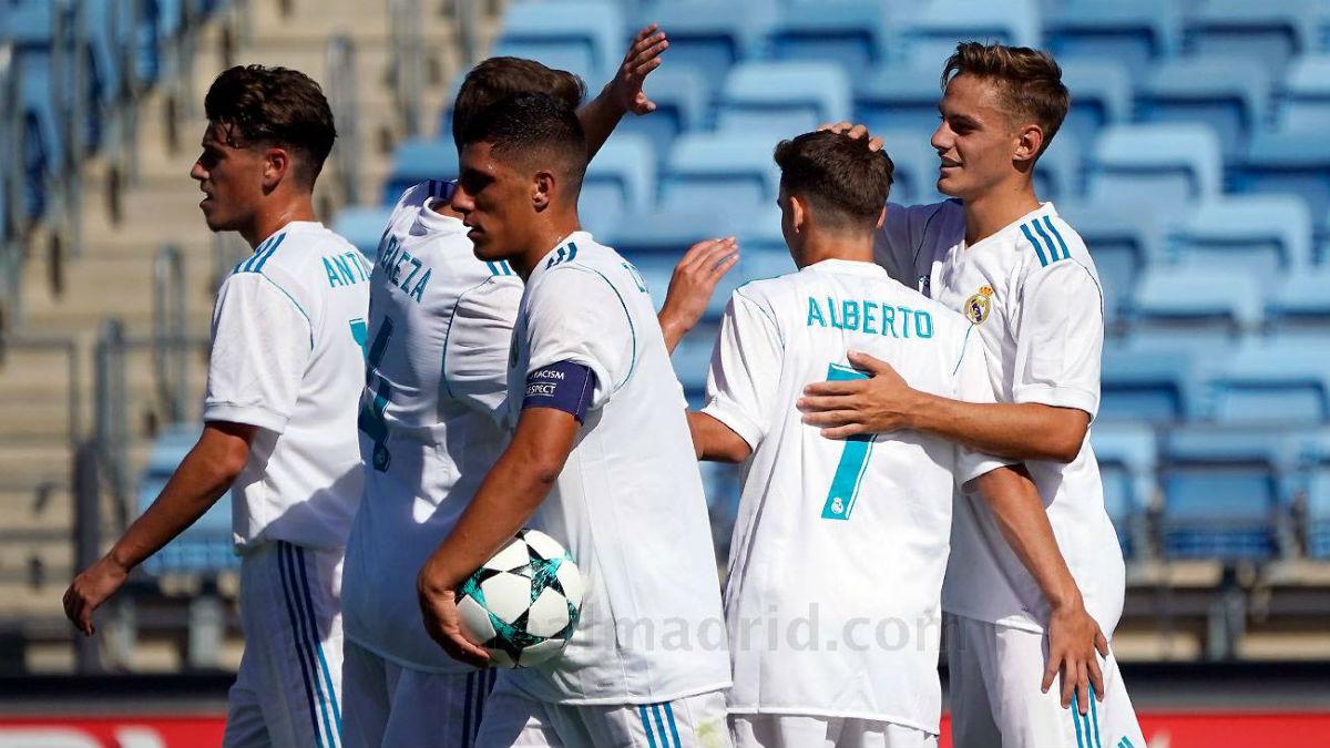 Los jugadores del Juvenil A celebran un gol en la Youth League.