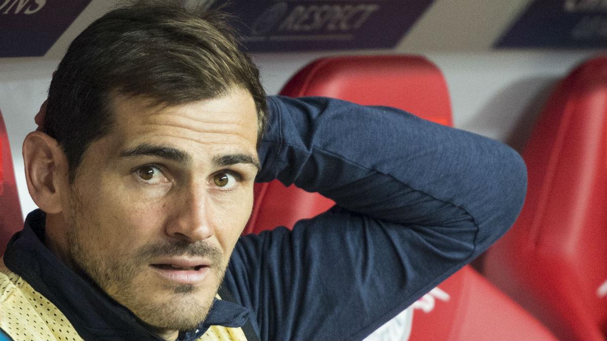 Iker Casillas en el banquillo durante el partido del Oporto. (AFP)