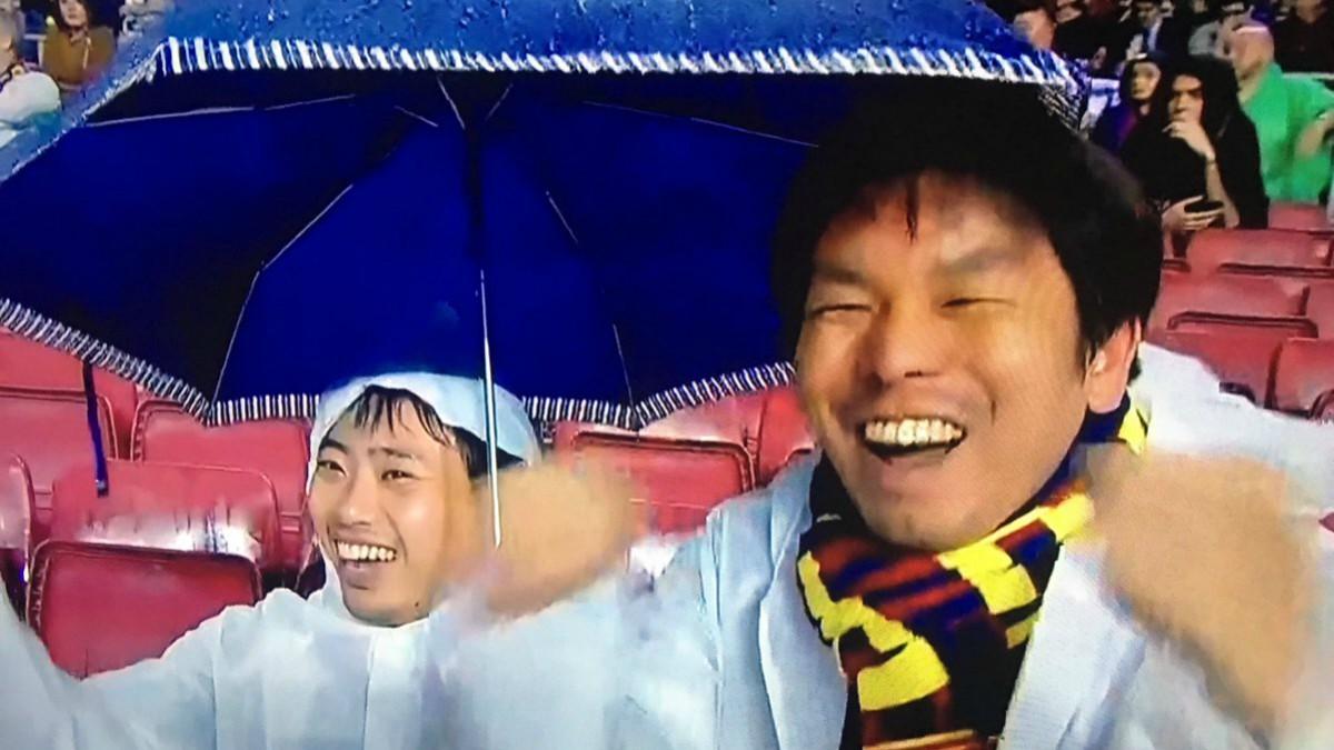 Los aficionados del Barcelona, 'celebrando' la expulsión de Piqué.