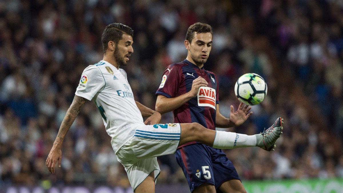 Dani Ceballos controla un balón contra el Eibar. (EFE)