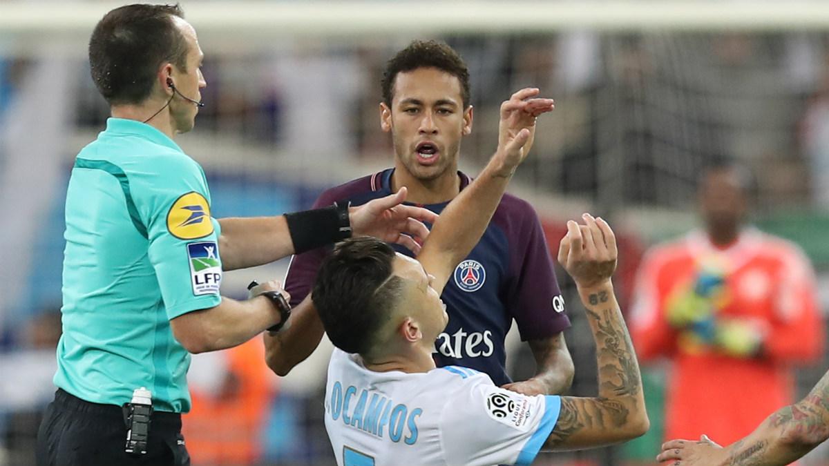 Neymar, tras encararse con Ocampos. (AFP)