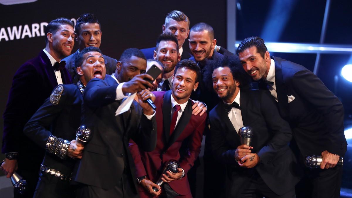 Los miembros del once ideal de la FIFA posan en la gala The Best. (Getty)