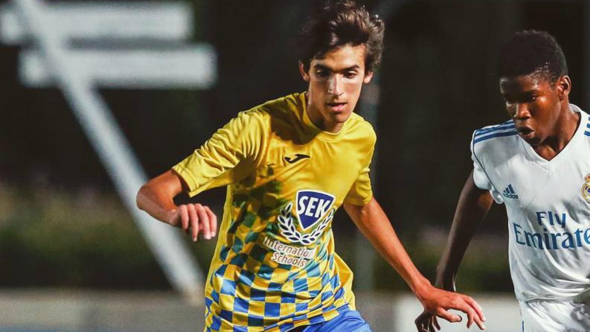 Jorge González, hijo de Raúl, enfrentándose al juvenil del Real Madrid. (Instagram)