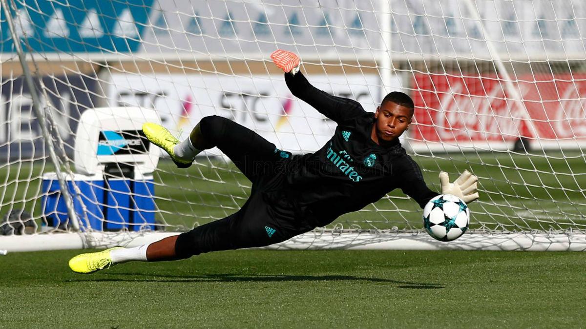 Moha, durante un entrenamiento con el primer equipo. (Realmadrid.com)