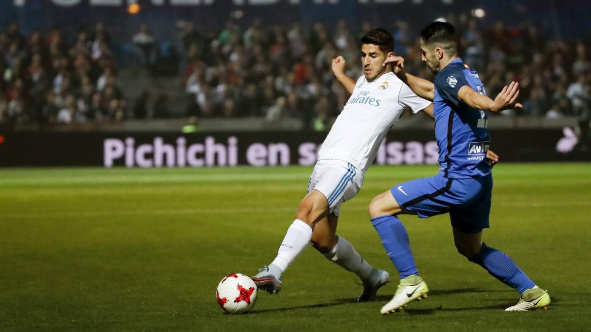 Marco Asensio pelea por un balón con Hugo Fraile. (EFE)