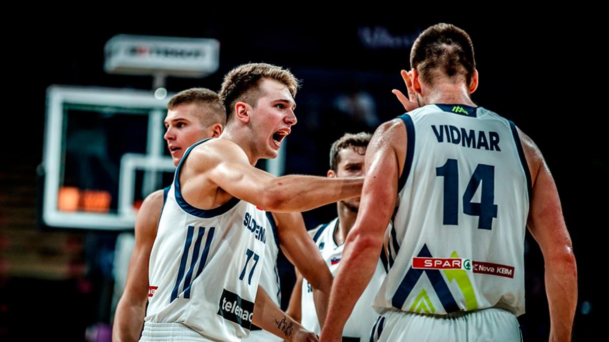 Luka Doncic anima a Vidmar durante un partido del pasado EuroBasket. (FIBA)
