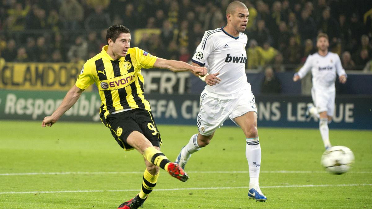 Lewandowski le hace un gol al Real Madrid. (AFP)