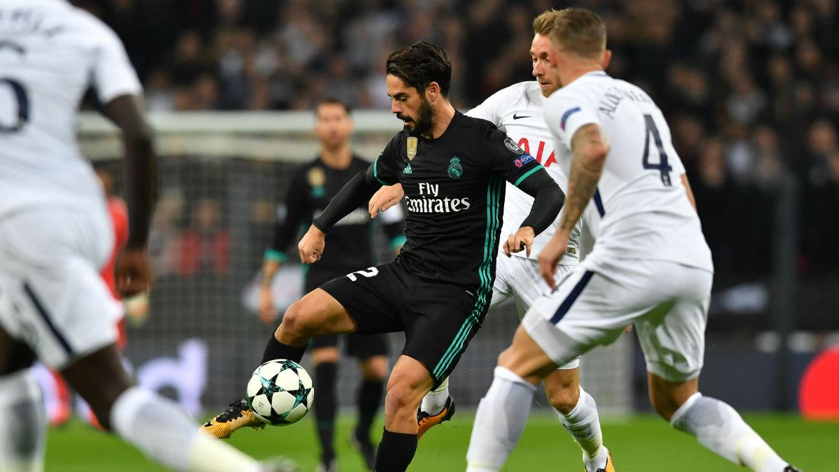 Isco controla un balón ante el Tottenham. (AFP)
