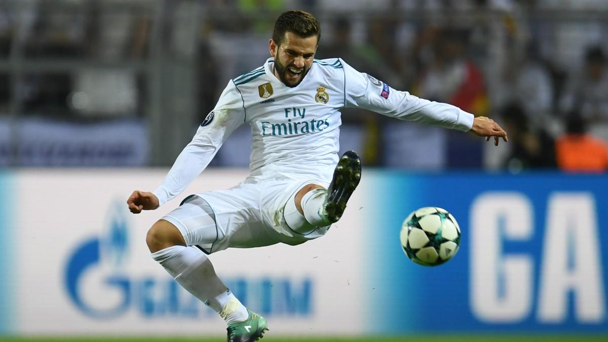 Nacho Fernández trata de despejar un balón.
