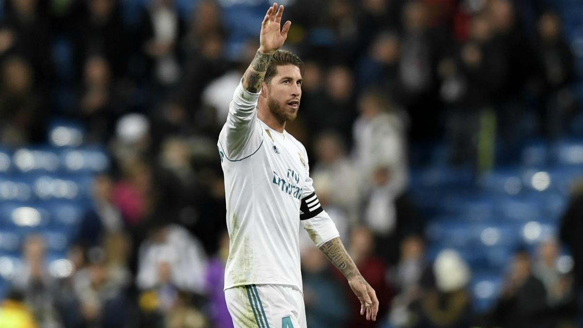 Sergio Ramos saluda a la afición tras la victoria ante Las Palmas. (AFP)