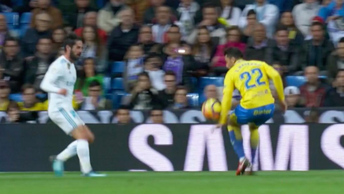 Isco reclamó penalti por mano de Ximo Navarro en un Real Madrid-Las Palmas. El brazo está despegado del cuerpo y el balón impacta claramente.