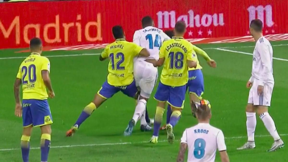 Michel Macedo cometió un claro penalti sobre Casemiro. El árbitro tampoco señaló nada.