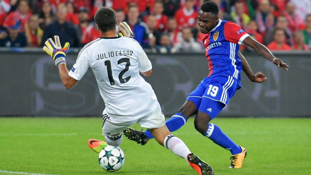 Dimitri Oberlin supera a Julio César durante el Basilea-Benfica. (AFP)