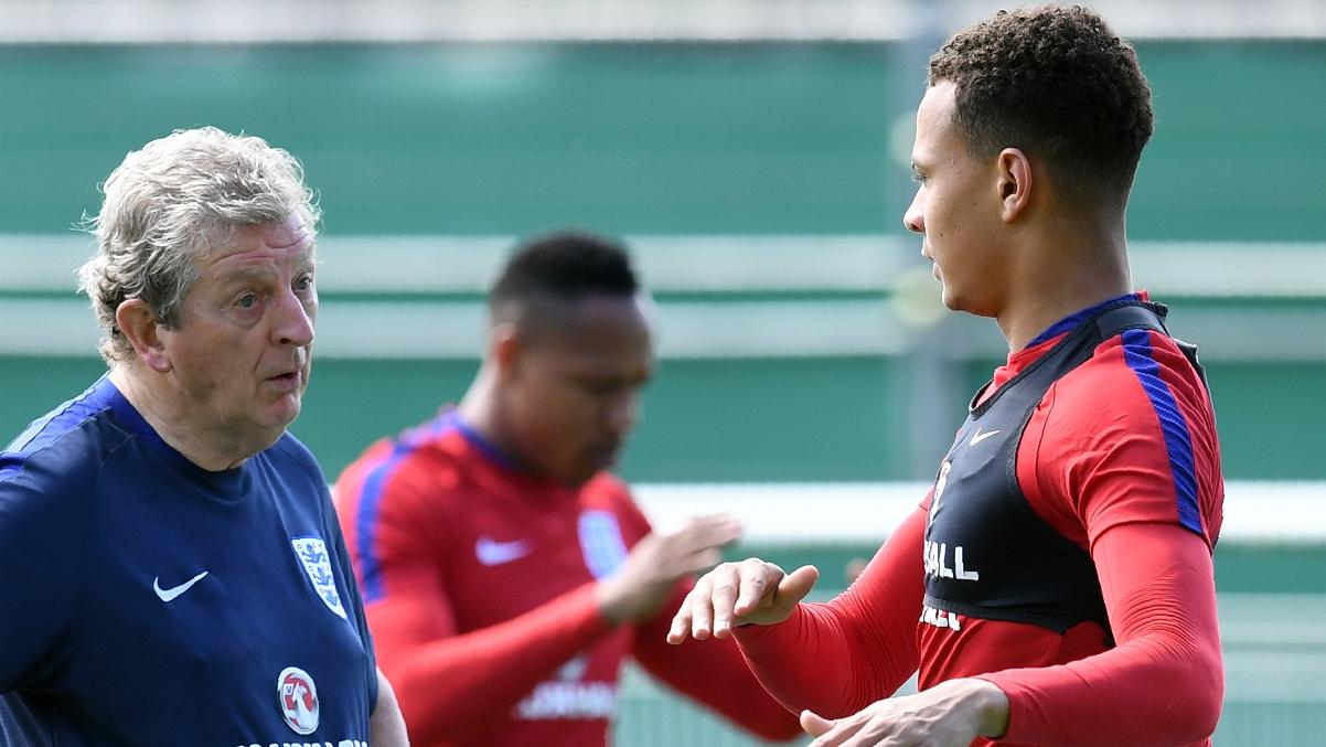 Roy Hodgson habla con Dele Alli durante un entrenamiento pasado con Inglaterra. (AFP)