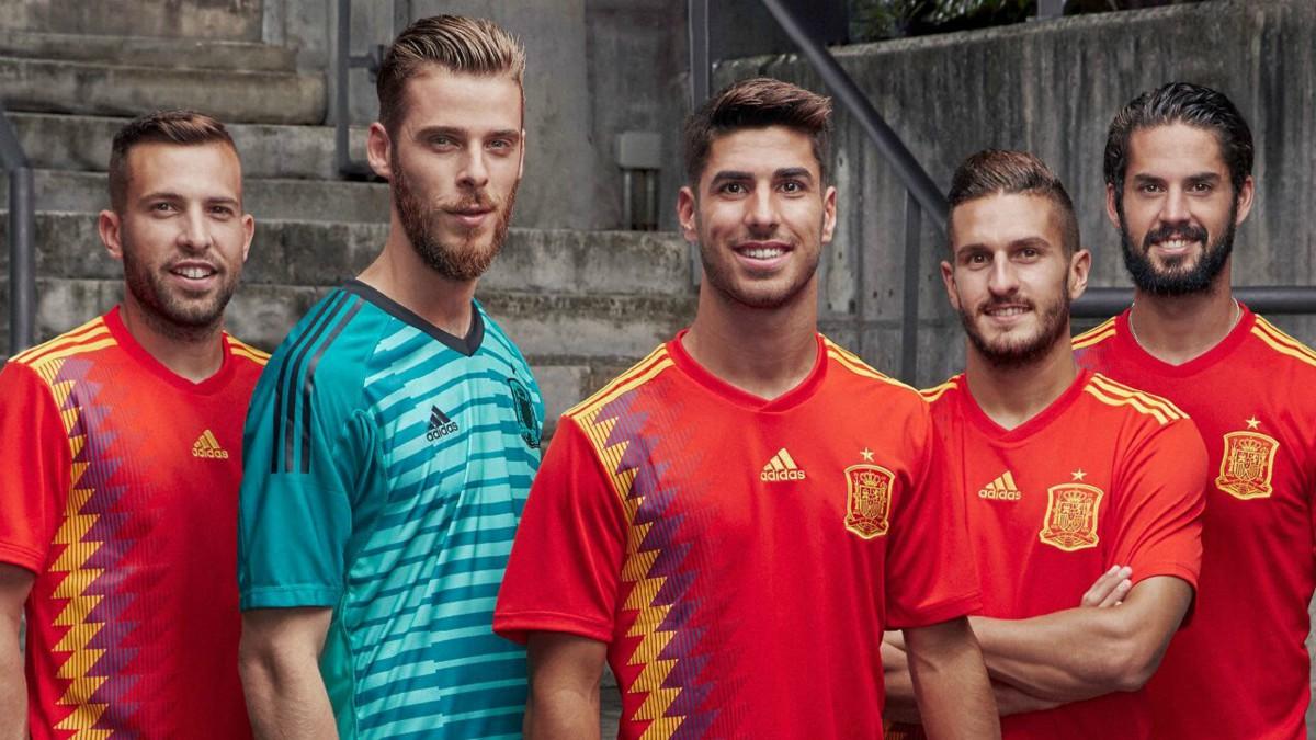 Los jugadores de la Selección, con la nueva camiseta de España. (EFE)