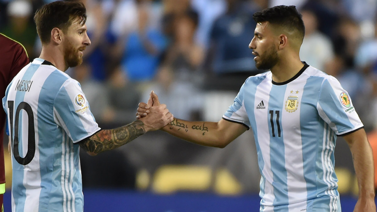 Messi saluda al Kun Agüero en el partido ante Venezuela. (AFP)