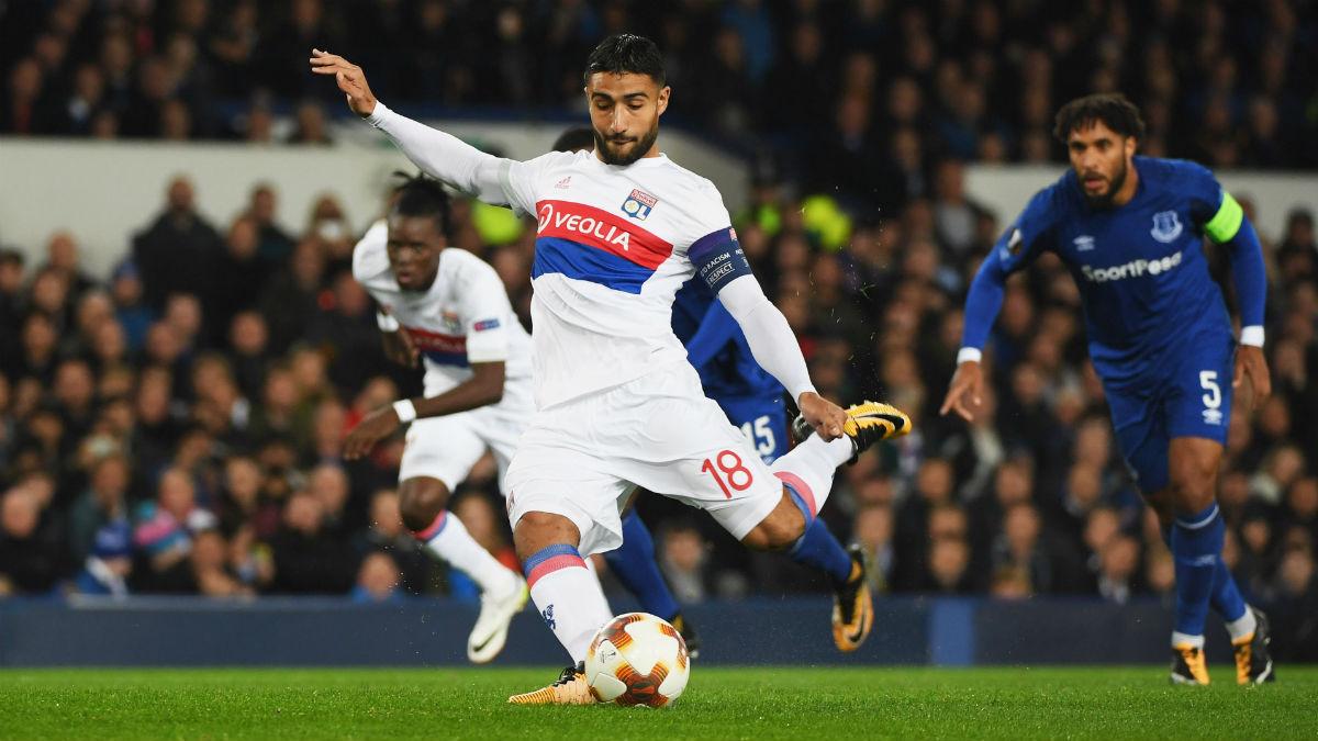 Nabil Fekir, lanza un penalti ante el Everton, en Europa League (GettyImages).