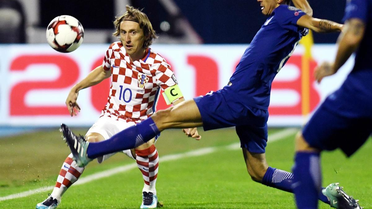 Luka Modric ante la presión de un rival durante el Croacia-Grecia. (AFP)
