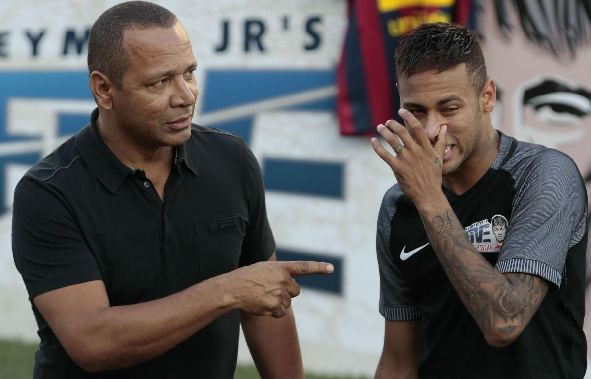 Neymar Senior es clave en las decisiones de su hijo. El padre es una figura importante y siempre ha sido determinante en su futuro. También cuenta con la desventaja de que sus artes no gustan en el club blanco. Pediría una gran prima de fichaje por intervenir en la operación. (AFP)