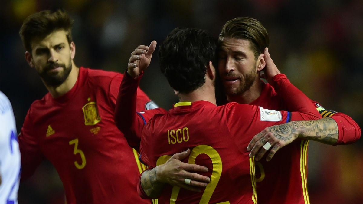 Isco y Sergio Ramos se abrazan en un partido de la Selección. (AFP)