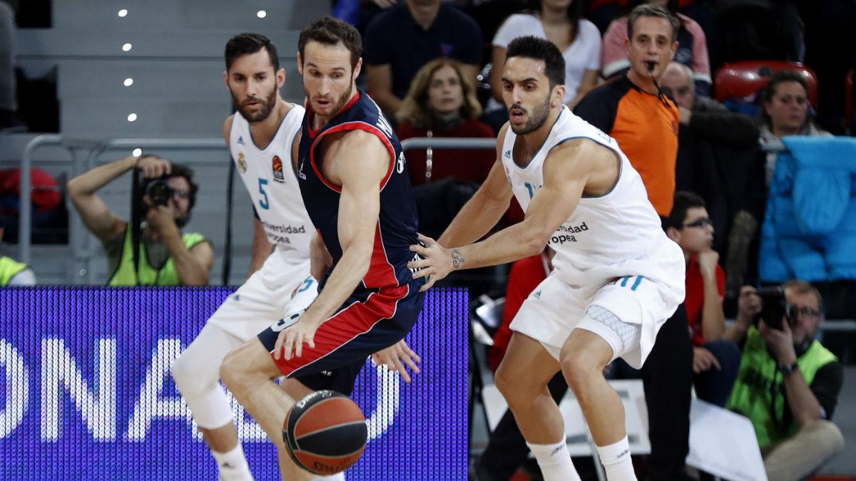 Marcelinho y Campazzo pelean un balón en el Baskonia-Real Madrid. (EFE)