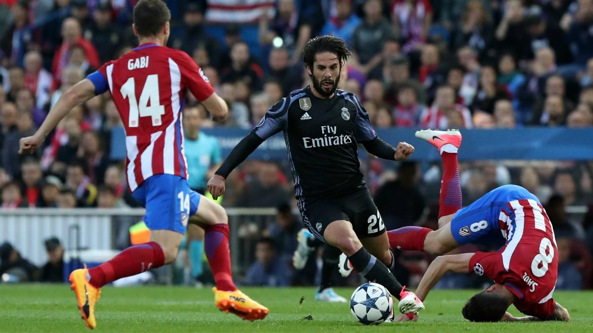 Isco dribla a dos jugadores del Atlético en el último derbi. (AFP)