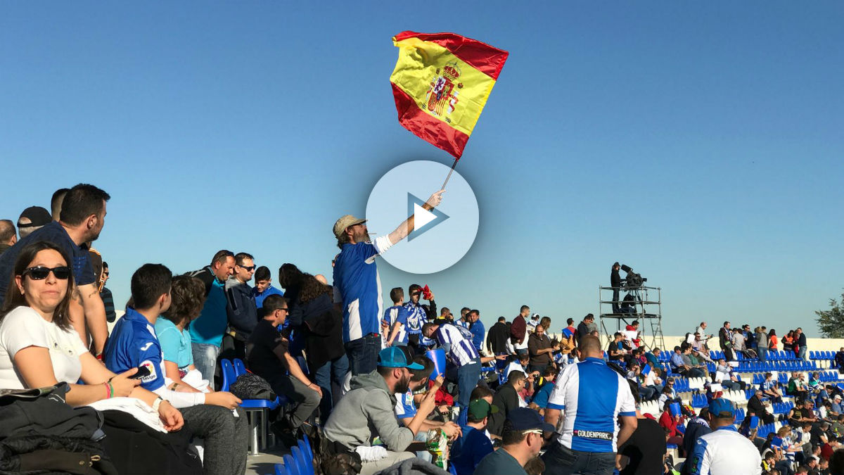 Las banderas de España lucieron en Butarque. (Javier Iglesias)