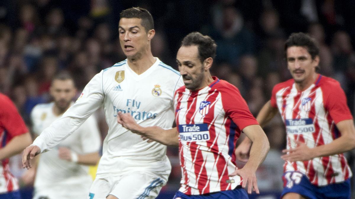 Cristiano y Juanfran pelean por un balón (AFP).