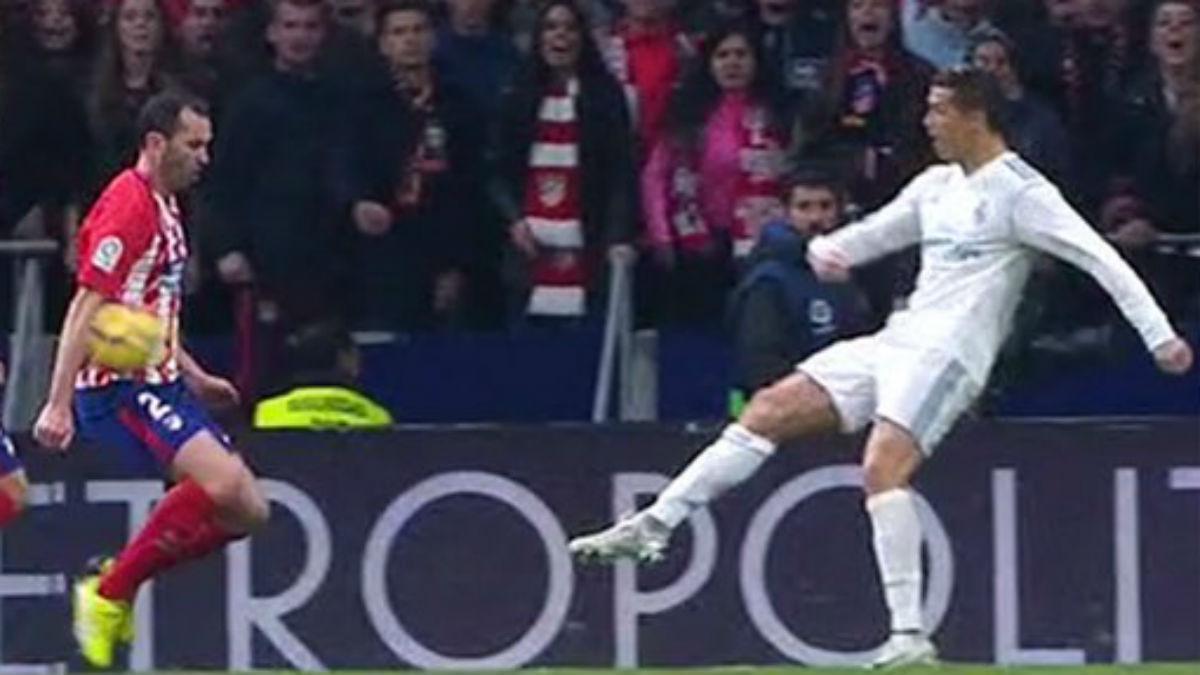 MINUTO 84: Godín comete penalti por mano. Borbalán no lo pita.