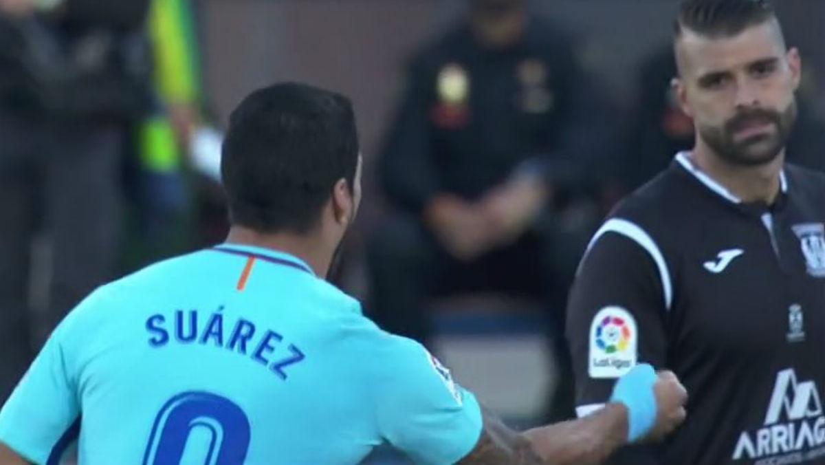 Luis Suñarez provoca a Cuellar tras hacer el segundo gol del Barcelona en Butarque.