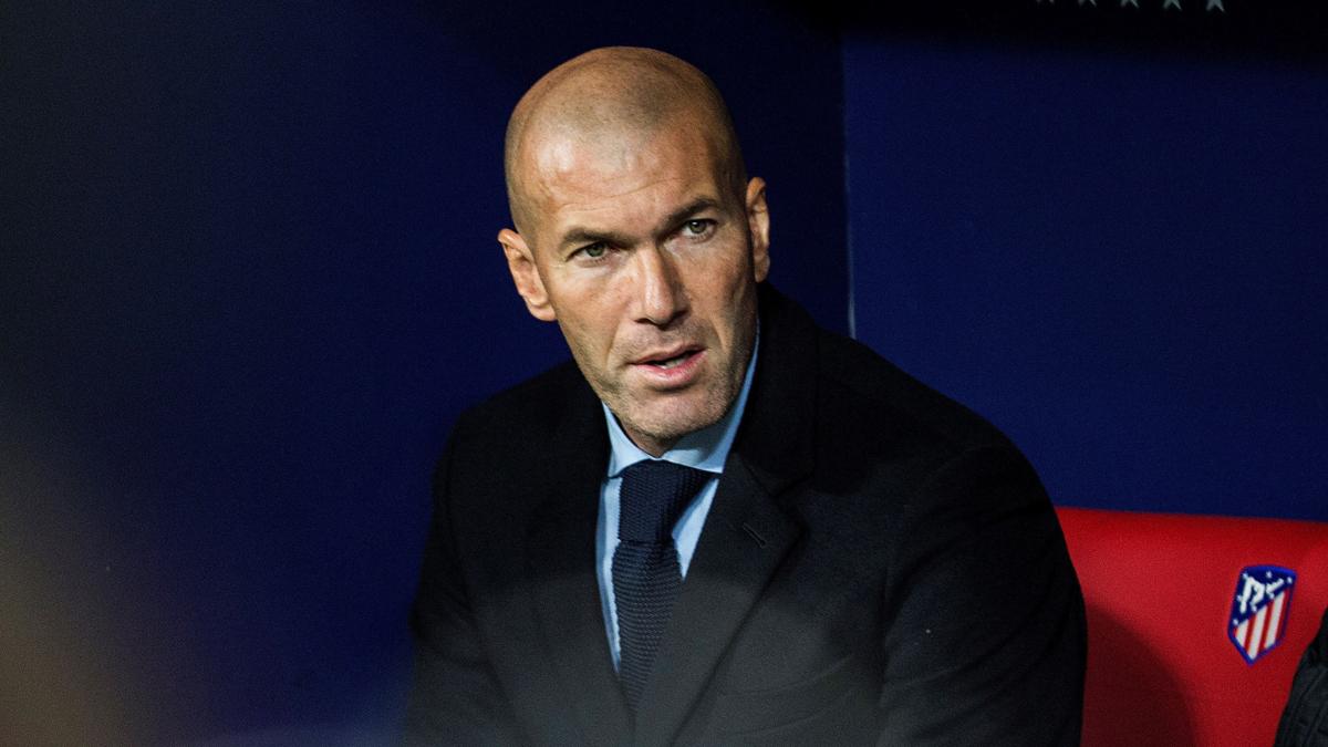 Zidane, con rostro serio en el banquillo del Wanda.