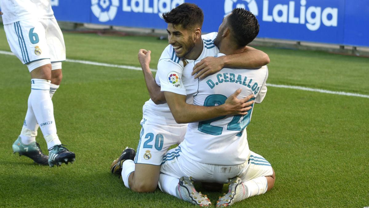 Asensio y Ceballos se abrazan para celebrar un gol. (AFP)
