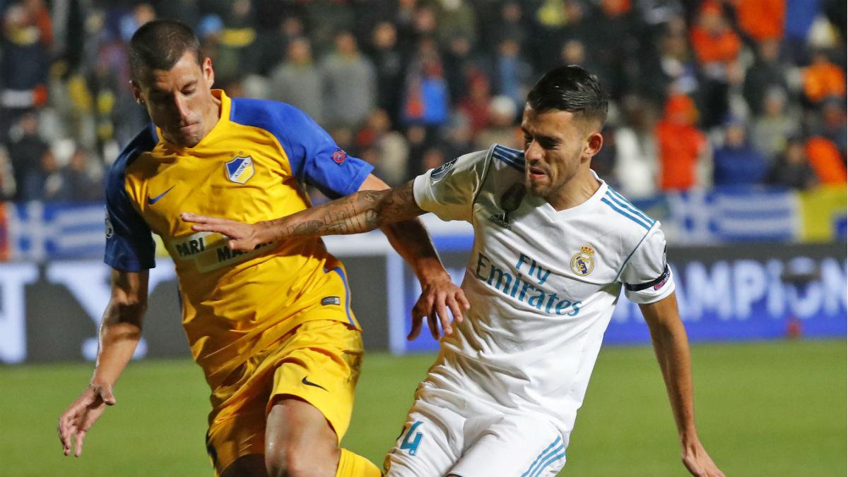 Ceballos pelea por un balón durante el APOEL-Real Madrid. (AFP)