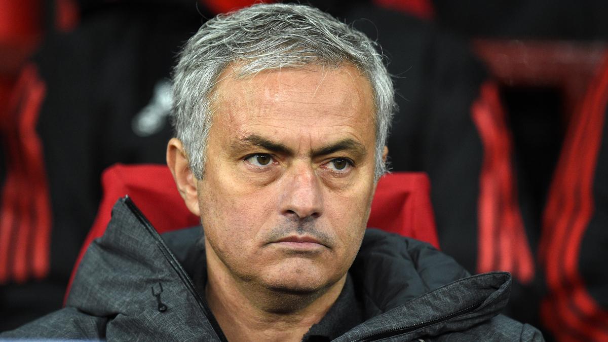 José Mourinho, sentado en el banquillo del United en un partido reciente (AFP).