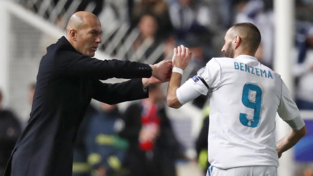 Zidane felicita a Benzema tras su primer gol ante el APOEL (AFP).