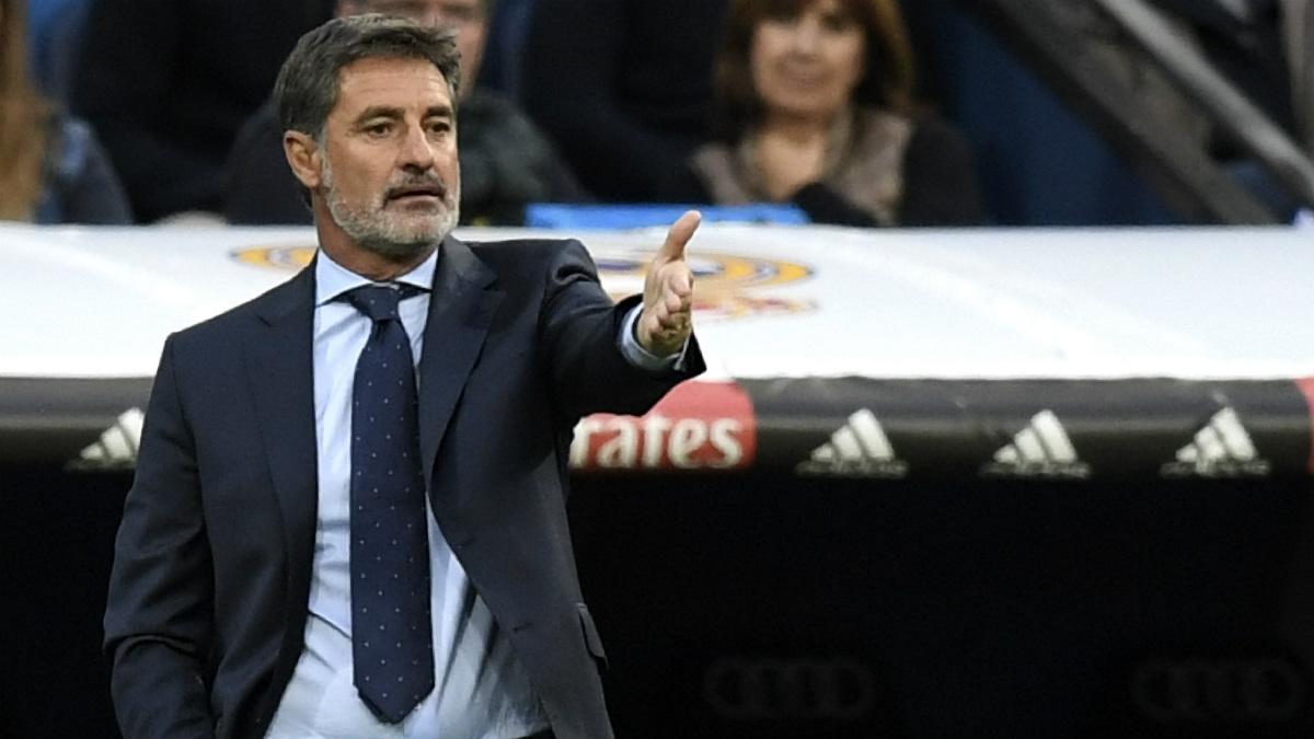 Míchel da órdenes a sus jugadores desde el banquillo del Bernabéu. (AFP)