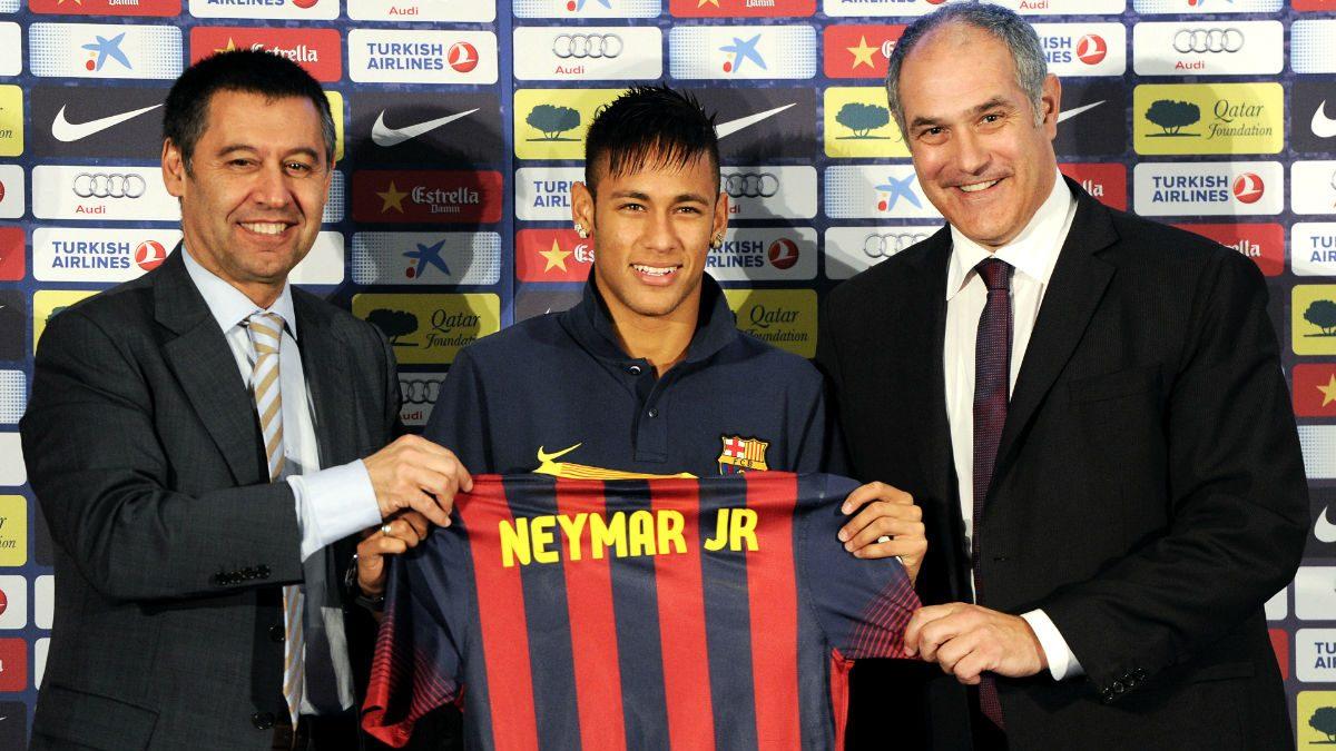 Neymar, junto a Bartomeu y Zubizarreta el día de su presentación con el Barcelona. (Foto: Getty)