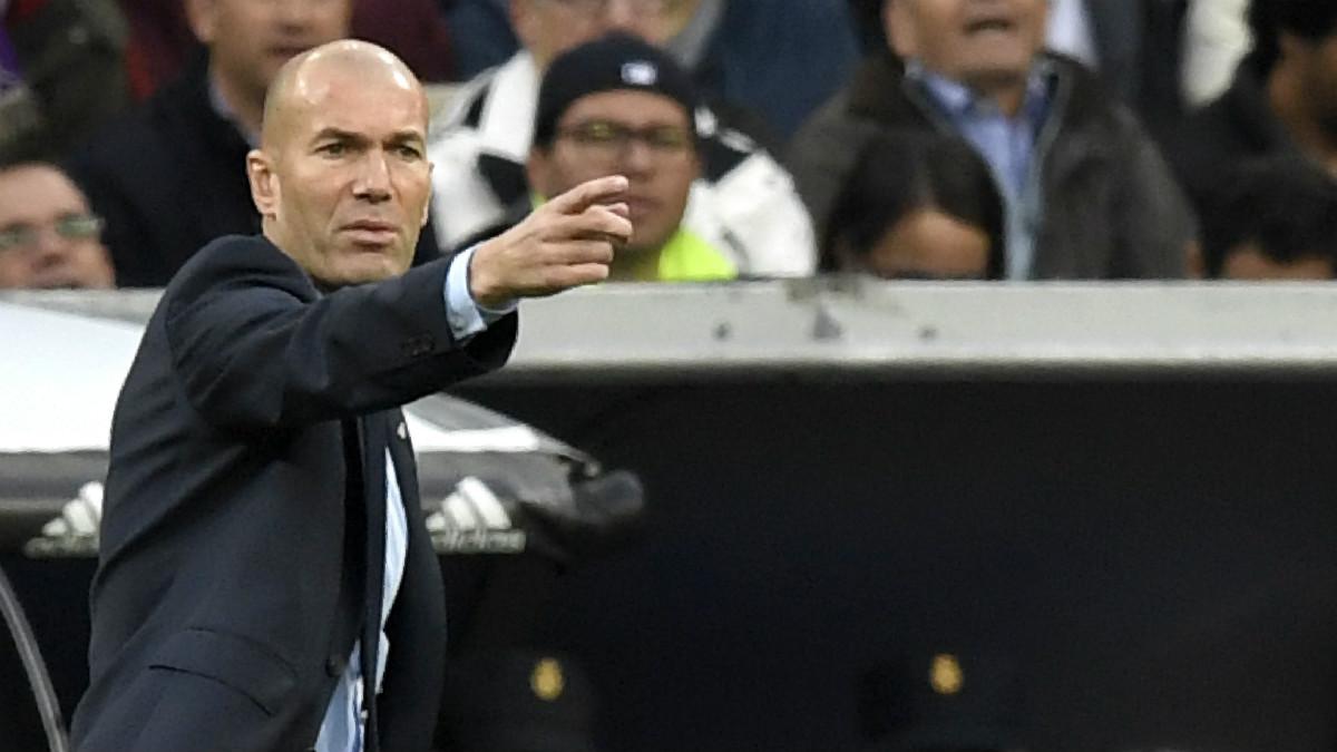 Zidane da instrucciones a sus jugadores. (AFP)