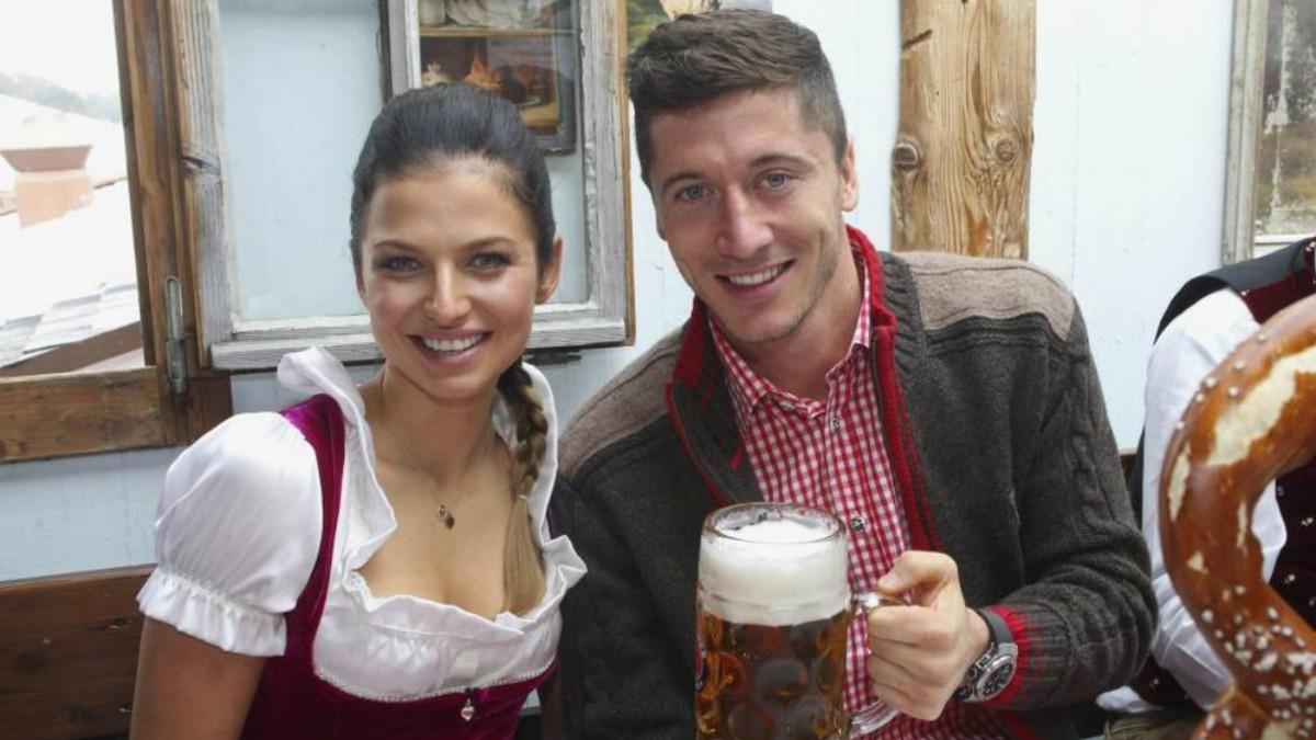 Robert Lewandowski, junto a su mujer Anna.
