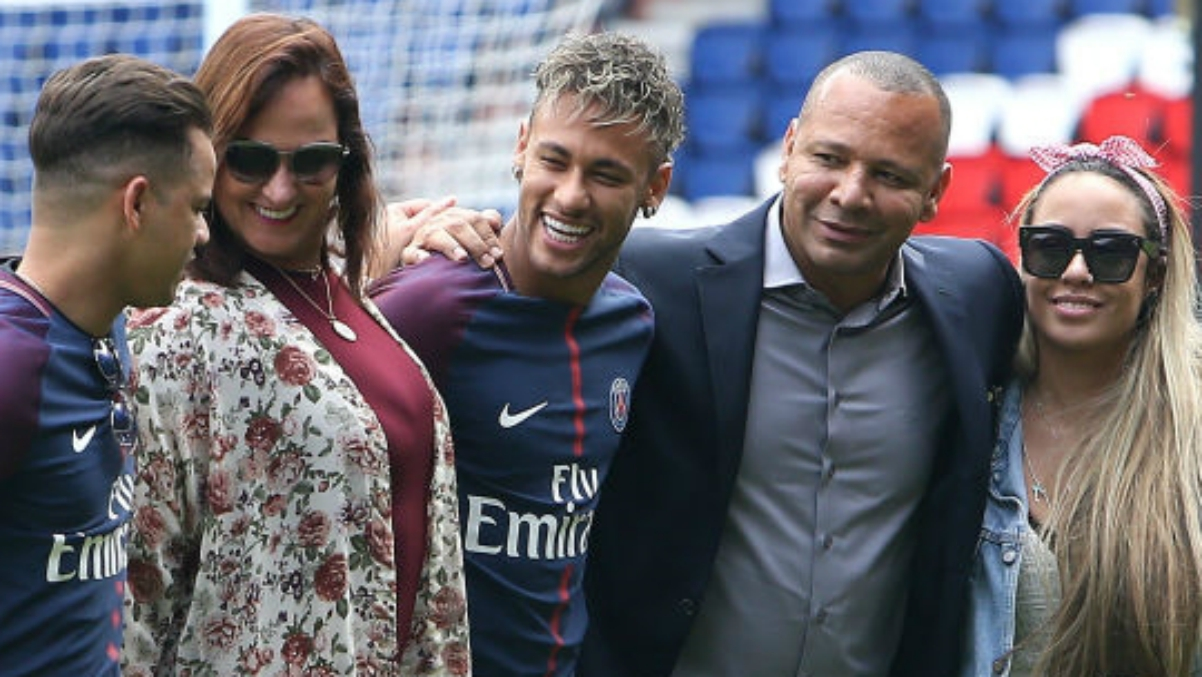 Neymar junto a su familia en la presentación con el PSG. (Getty Images)