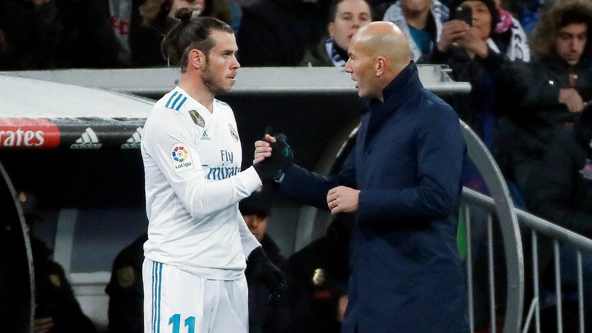 Zidane da instrucciones a Bale antes de salir al campo. (EFE)