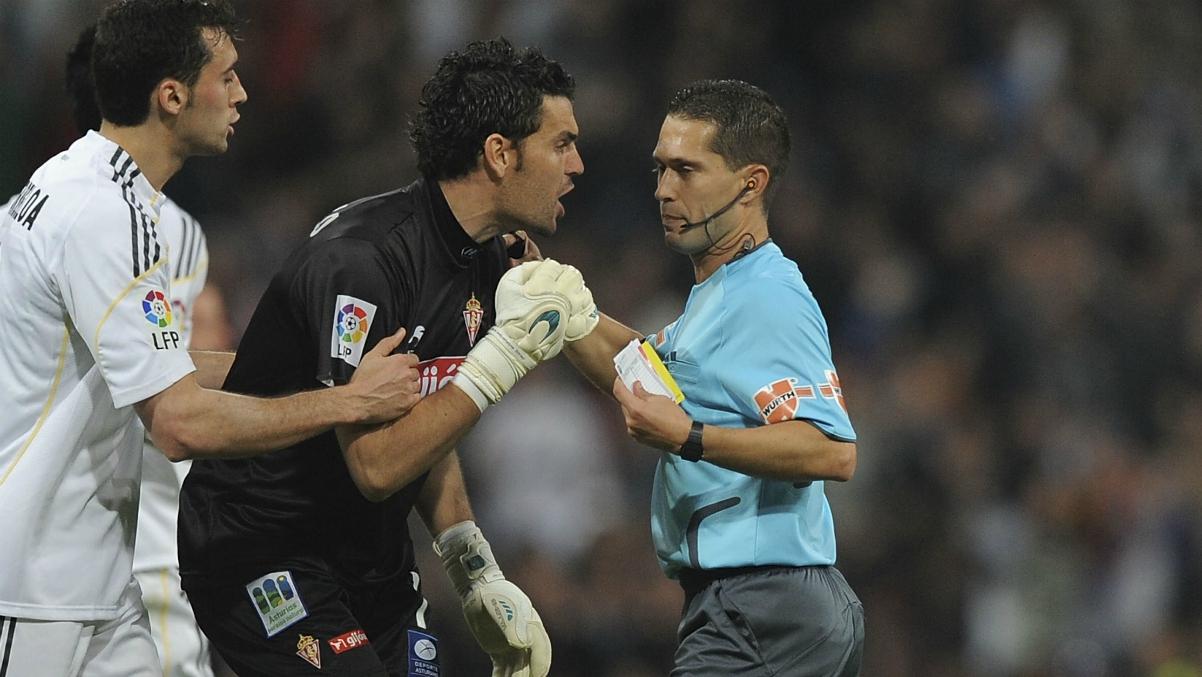 Paradas Romero durante un partido que arbitró al Real Madrid. (Getty Images)