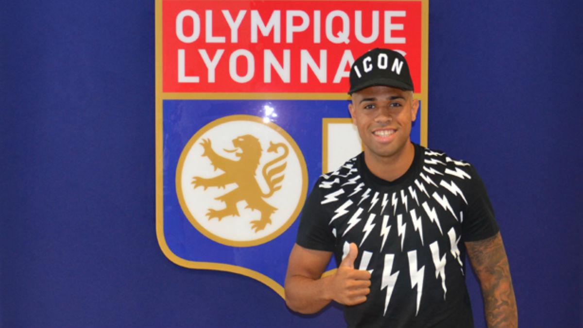 Mariano Díaz posa delante del escudo del Lyon.